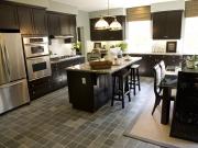 Elegante Küche mit Kücheninsel
