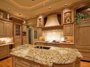 Luxuriöse Landhausstilküche mit Kücheninsel