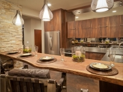 Rustikale L-Formküche mit komfortabler Kücheninsel