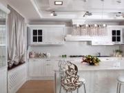 Klassische Landhausküche in L-Form mit Küchenhalbinsel