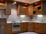 Landhausstilküche mit Holzfronten
