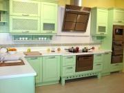 Stilvolle Landhausküche mit grünen Fronten