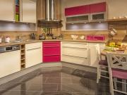 Moderne Winkelküche mit pinken Akzenten