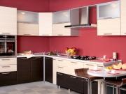 Stilvolle Einbauküche mit farbigen Highlights