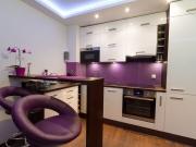Exklusive Designküche mit lila Farbakzenten