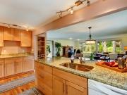 Offene Wohnküche mit Holzfronten