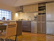 Moderne offene Wohnküche in Erdtönen
