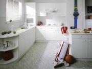 Klassische offene Küche in Weiß