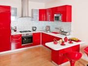 Hochglanzeinbauküche in rot mit komfortabler Küchenhalbinsel