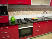 Stilvolle Hochglanzküche in Pink