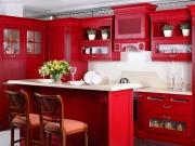 Zweizeilige Landhausstilküche in rot
