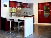 Hochglanzdesignerküche in Weinrot mit komfortabler Küchenhalbinsel