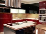 Designerküche in Weinrot mit komfortabler Kücheninsel