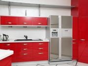 Moderne L-Formküche mit roten Hochglanzfronten