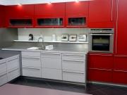 Klassische L-Form Küche in Rot mit hochwertigen Edelstahlakzenten