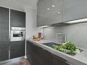 Elegante L-Formküche mit ansprechenden Edelstahlakzenten