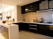 Stilvolle U-Formküche mit schwarzen Fronten