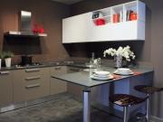 Stilvolle dunkle L-Formküche mit komfortabler Küchenhalbinsel