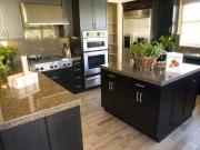 Elegante L-Formküche mit komfortabler Kücheninsel