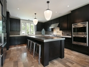 Luxuriöse U-Formküche mit komfortabler Kücheninsel