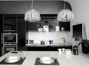 Luxuriöse einzeilige Küche mit komfortabler Kücheninsel