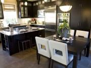 Offene Luxusküche im modernen Landhausstil