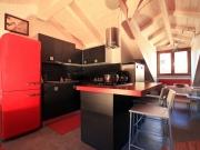 Trendige Designküche mit roten Highlights und Küchenhalbinsel