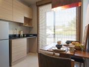 Kompakte Singleküche mit Essbereich