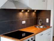 Moderne Singleküche mit Kochfeld