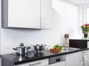 Moderne Singleküche mit Herd und Oberschränken