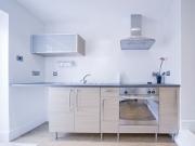 Moderne Singleküche mit zusätzlichen Arbeitsflächen