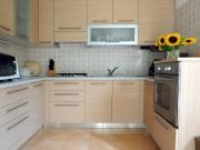 Klassische U-Formküche mit Holzfronten