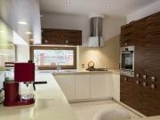 U-Formküche mit hochwertigen Echtholzfronten