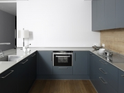 Klassische U-Formküche mit blauen Fronten