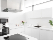 Exklusive L-förmige Hochglanzküche mit komfortabler Kücheninsel