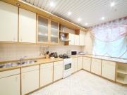 Moderne helle L-förmige Einbauküche