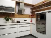 Moderne helle L-förmige Einbauküche mit Holzakzenten