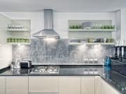 Stilvolle helle L-förmige Einbauküche mit dunklen Steinarbeitsflächen