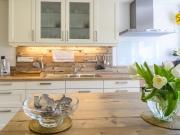 Helle Küche im Landhausstil mit Holzarbeitsflächen