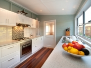 Klassische zweizeilige weiße Küche