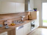 Klassische einzeilige weiße Küche mit Holzarbeitsflächen