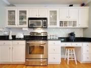 Moderne einzeilige weiße Küche im Landhausstil