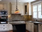 Helle Landhausküche mit komfortabler Kücheninsel