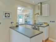 Kleine U-Form Küche im offenen Wohnküchenstil