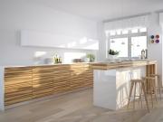 Klassische zweizeilige Küche mit Holzfronten