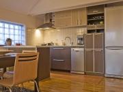 Offene zweizeilige Küche mit komfortabler Kücheninsel