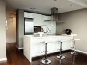 Stilvolle zweizeilige Küche mit Esstresen