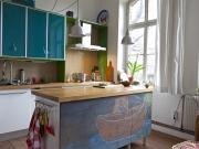 Familiäre zweizeilige Küche mit Kücheninsel