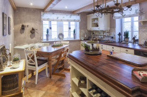 Kücheninsel im rustikalen Landhausstil