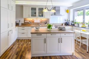 Kücheninsel im klassischen Landhausstil